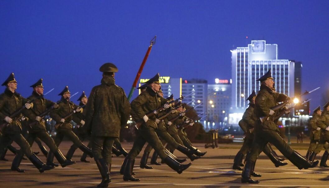 Hviterussiske soldater øver til paraden 9. mai. Bildet er datert 16. april.