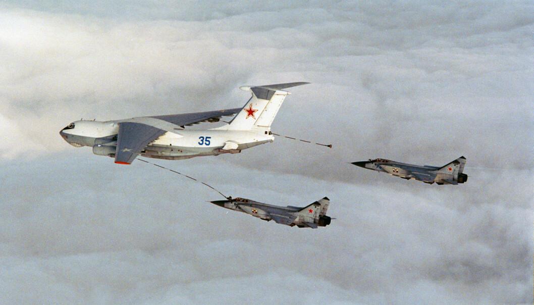 To fly av typen Su-24 Fencer etterfyller fra et Ilyushin Il-78 Midas. Dette udaterte bildet er et illustrasjonsfoto. Forsvarets forum er ikke kjent med om det er disse typene fly som nå er observert.