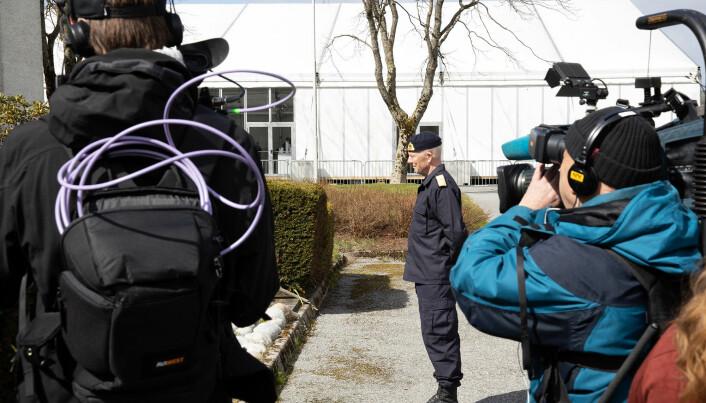 Forsvarssjef Haakon Bruun-Hanssen var på Madla for å inspisere hvordan den litt spesielle rekruttskolen er lagt opp.