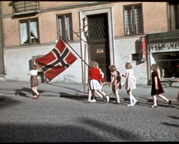 Her hilser Max Manus Kong Haakon velkommen hjem