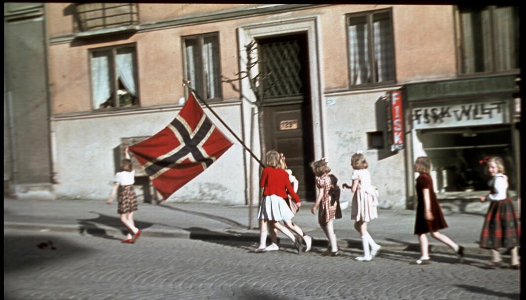 Syv jenter i en barnebursdag fant et norsk flagg og gikk i tog 7. mai 1945
