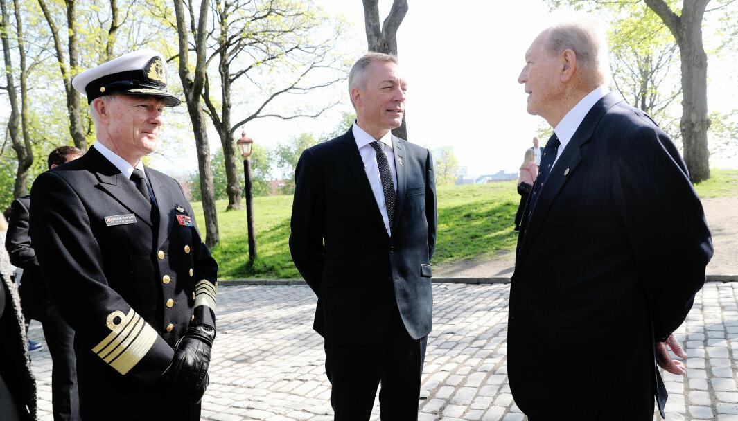 Forsvarssjef Haakon Bruun-Hanssen, forsvarsminister Frank Bakke-Jensen og motstandsmannen Erling Lorentzen ved Retterstedet 8. mai 2018.