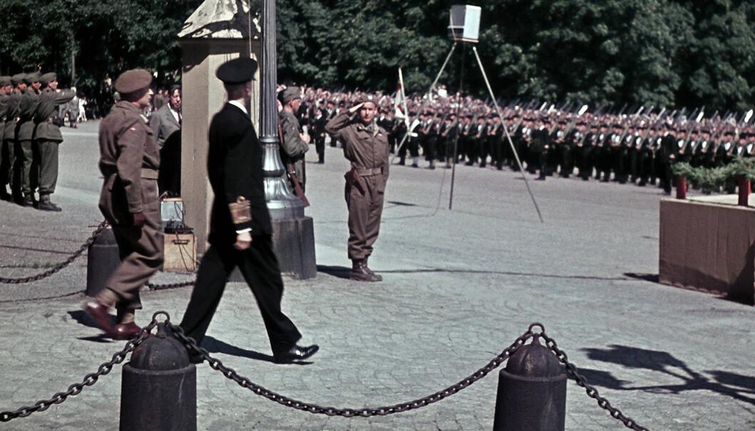 Max Manus hilser Kong Haakon og Kronprins Olav foran slottet. Fotograf Kristian Bull sto slottsvakt.