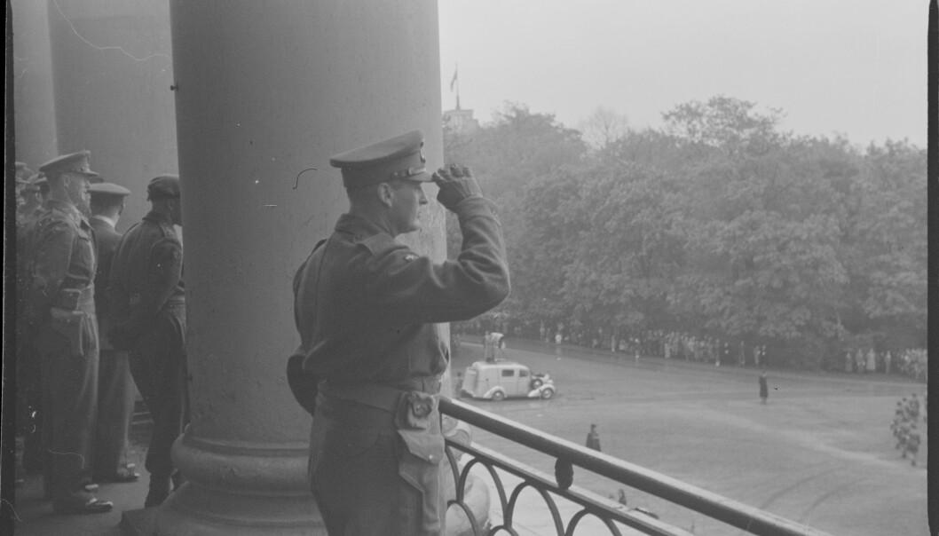 Fra Oslo under fredsdagene i 1945. Antakelig 13. mai ved Kronprins Olavs hjemkomst. Kronprins Olav på slottsbalkongen.