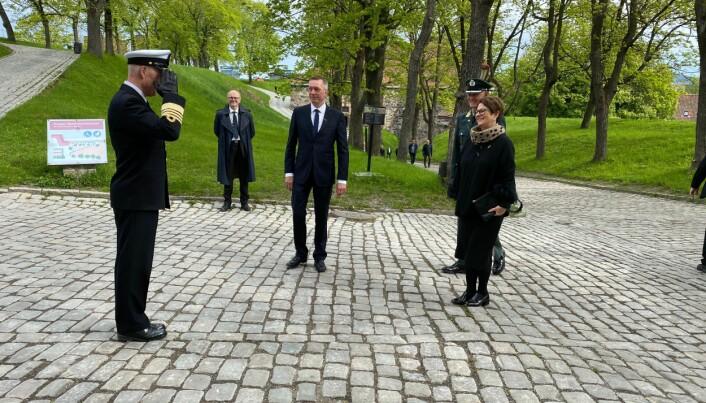 Forsvarssjef Haakon Bruun-Hanssen hilser stortingspresident Tone Wilhelmsen Trøen velkommen. I bakgrunnen står forsvarsminister Frank Bakke-Jensen.