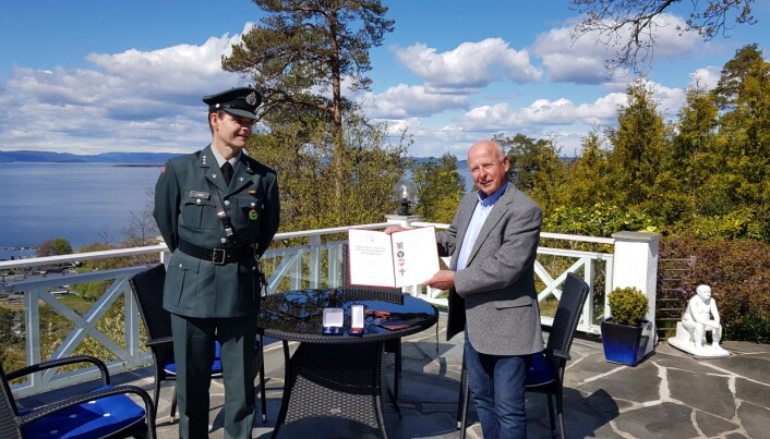 Områdesjef Moss HV, Stig Lande og medaljemottaker Ivar Ernø. I år ble medaljene tildelt ved mottakernes bopel.