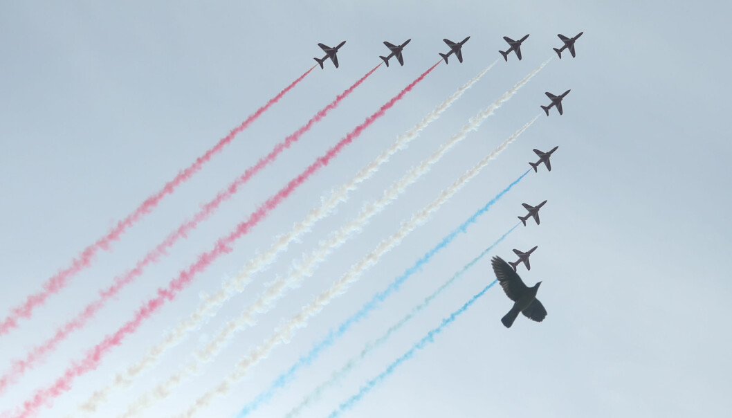 Fly fra det britiske luftforsvarets oppvisningsenhet, The Red Arrows, flyr over London.
