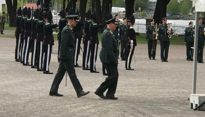 Kong Harald ankommer Akershus festning i anledning frigjørings- og veterandagen.