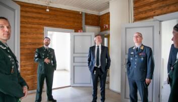 Forsvarsminister Frank Bakke-Jensen og veteransjef Finn Kristian Hannestad inspiserte det nye veteranhuset.