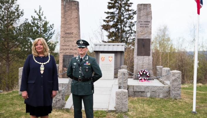 Ordfører Lillian Skjærvik og oberst Jo Haugom, sjef vinterskolen markerte dagen på Elverum.