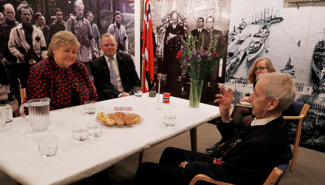 Statsminister Erna Solberg i møte med krigsveteranen Thor Hofsbro.