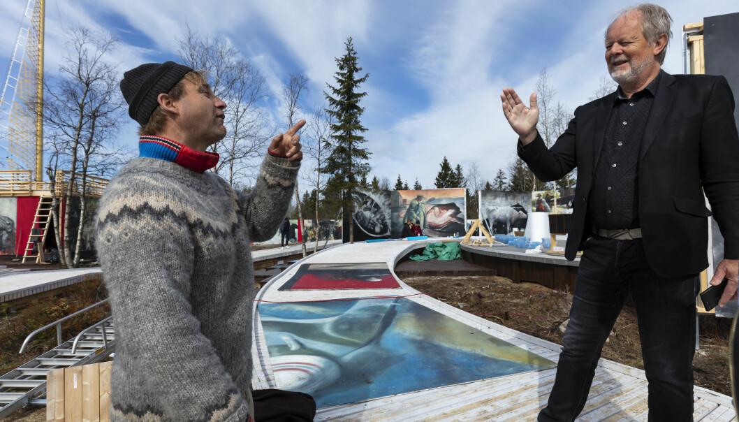 Vebjørn Sand forteller om maleriene . Historiker Arnfinn Moland, som sitter i styret til stiftelsen Roseslottet, håper at utstillingen på Frognerseteren er starten på en fast installasjon.