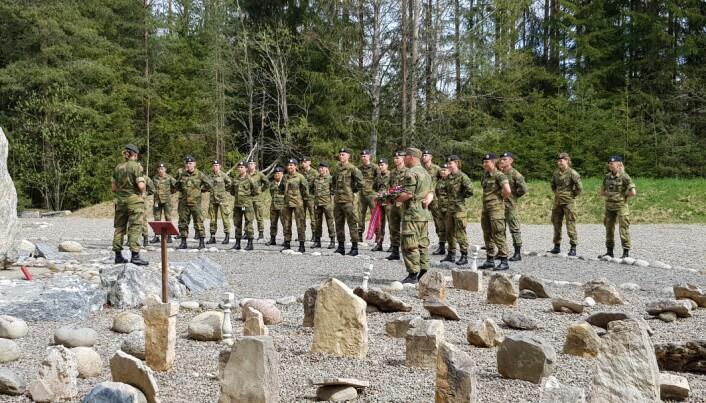 Major Carina Vinterdal ved Forsvarets hundeskole taler 8. mai.