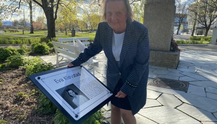 Ellen Kløvstad avduket minneplakett.