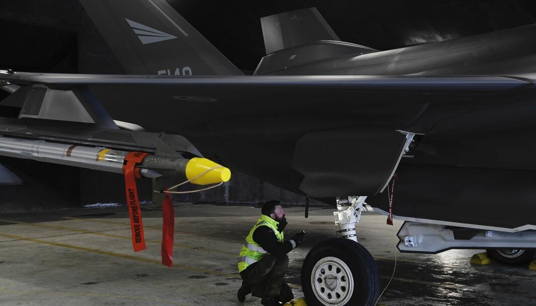 Den amerikanske riksrevisjonen varsler om at F-35 kan stå mer på bakken som følge av svikt i leveransen av deler. Her ser vi teknikere som jobber på norske F-35A under Luftforsvarets Nato-oppdrag Icelandic Air Policing (IAP)