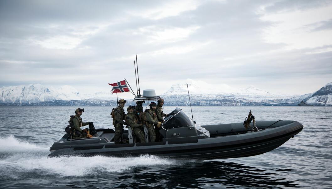 Kystjegere seiler utenfor Harstad. Opposisjonspartiene ønsker en tydeligere satsing på Sjøforsvaret.