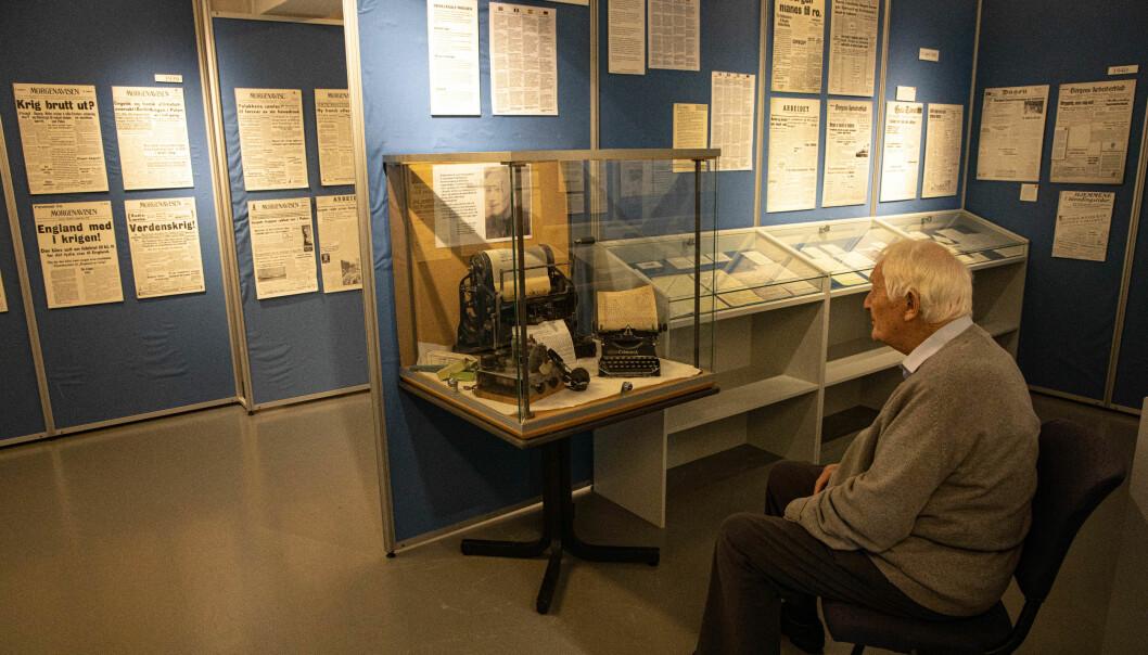 August Rathke ser på utstyret han brukte for å produsere den illegale avisa Fortroppen.