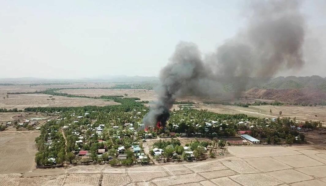 Regjeringsstyrkene i Myanmar har selv offentliggjort dette bildet av en brann i landsbyen Let Kar 16. mai. Ifølge hæren var det opprørsgruppen AA som sto bak ødeleggelsen av landsbyen.