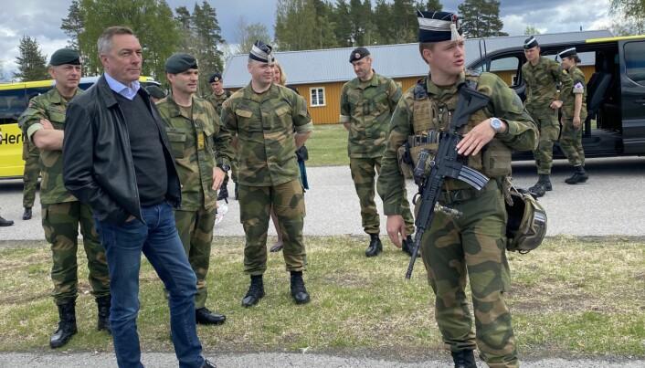 Forsvarsminister Frank Bakke-Jensen besøkte Terningmoen 25. mai.