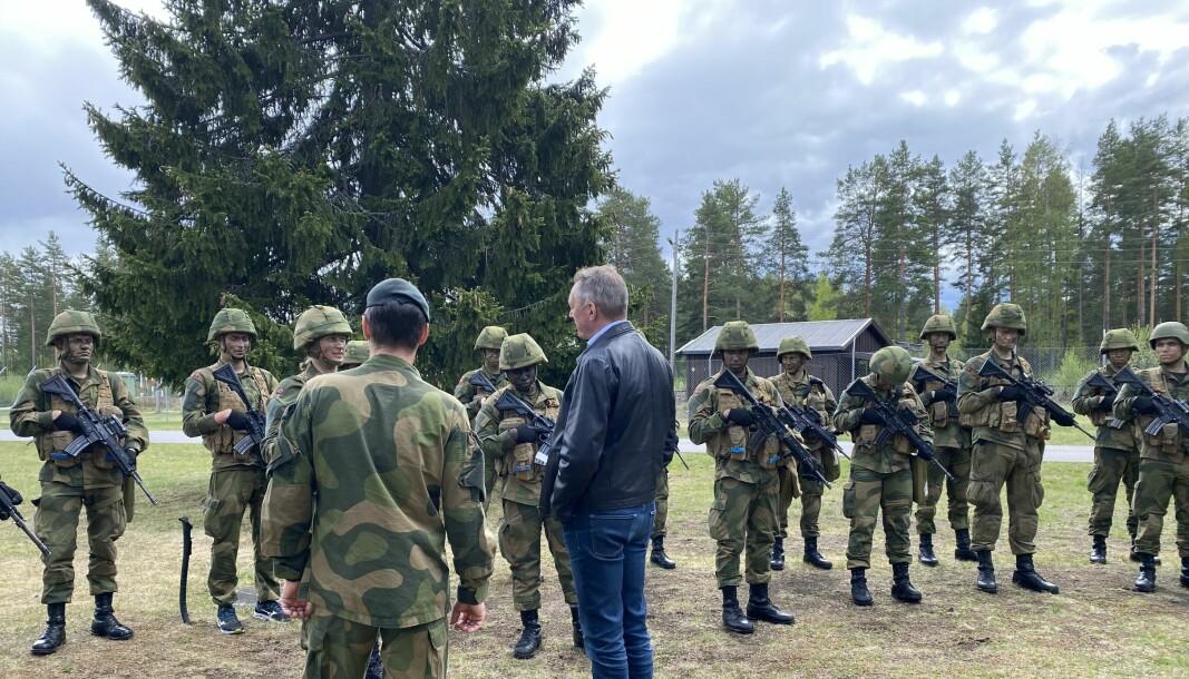 Forsvarsminister Frank Bakke-Jensen besøkte Terningmoen, blant annet for å høre hvordan soldatlivet har vært under koronakrisen.