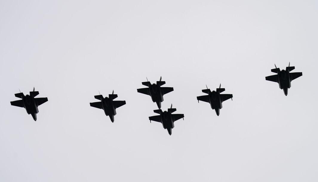 Tirsdag 27. mai landet tre nye F-35 kampfly i Norge. Her flyr F-35 formasjon over Akershus festning under 75-årsmarkeringen for frigjøringen 8. mai.