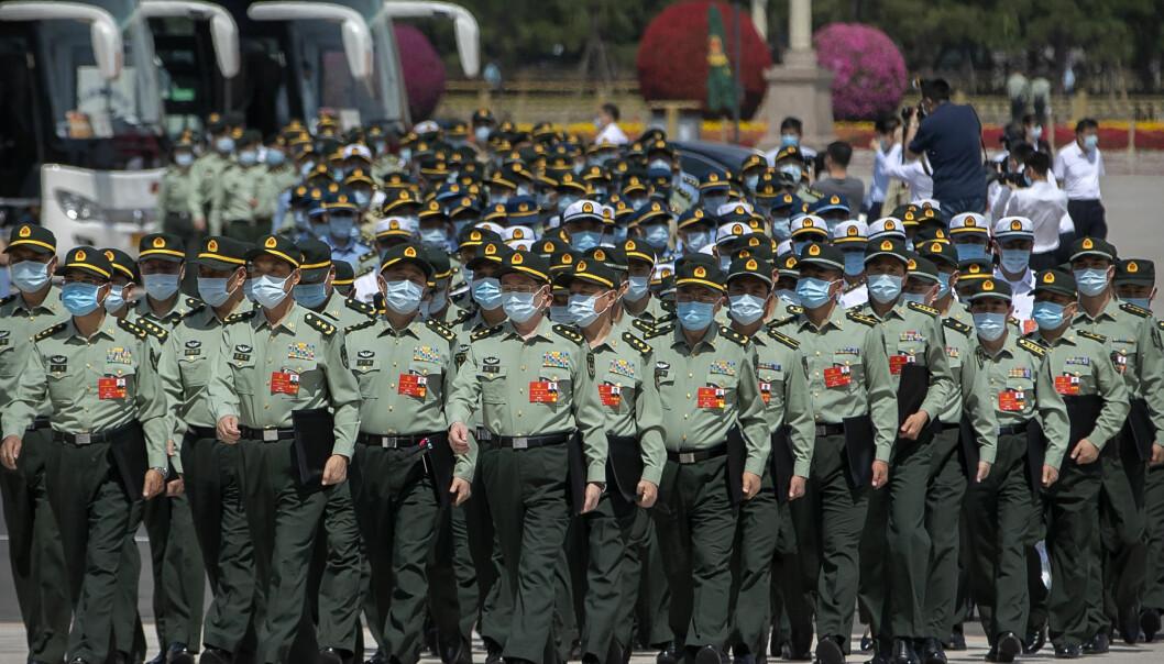 Militære delegater kommer til folkekongressen i Beijing.