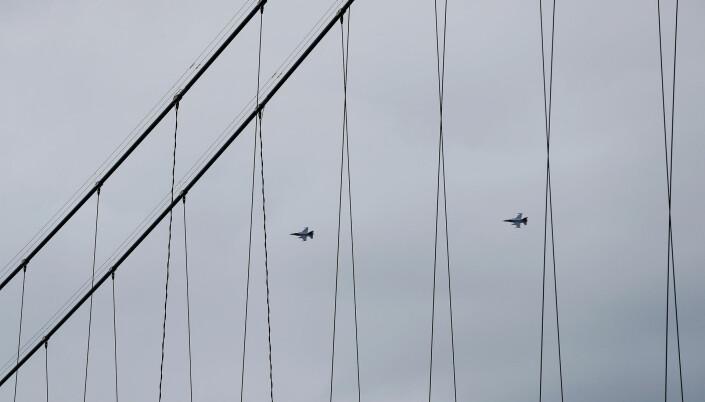 To F-16 jagerfly i formasjon over Veteranplassen i Narvik.