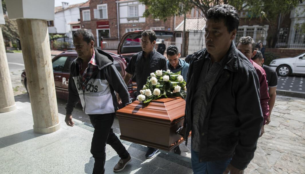 Slektninger og venner av drepte Astrid Conde, om tidligere var FARC-soldat, bærer kisten hennes.