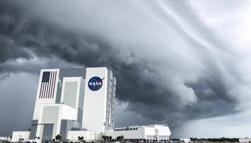 Romraketten Space X står fortsatt på bakken ved Kennedy Space Center etter at været førte til en kansellering av oppskytingen. .