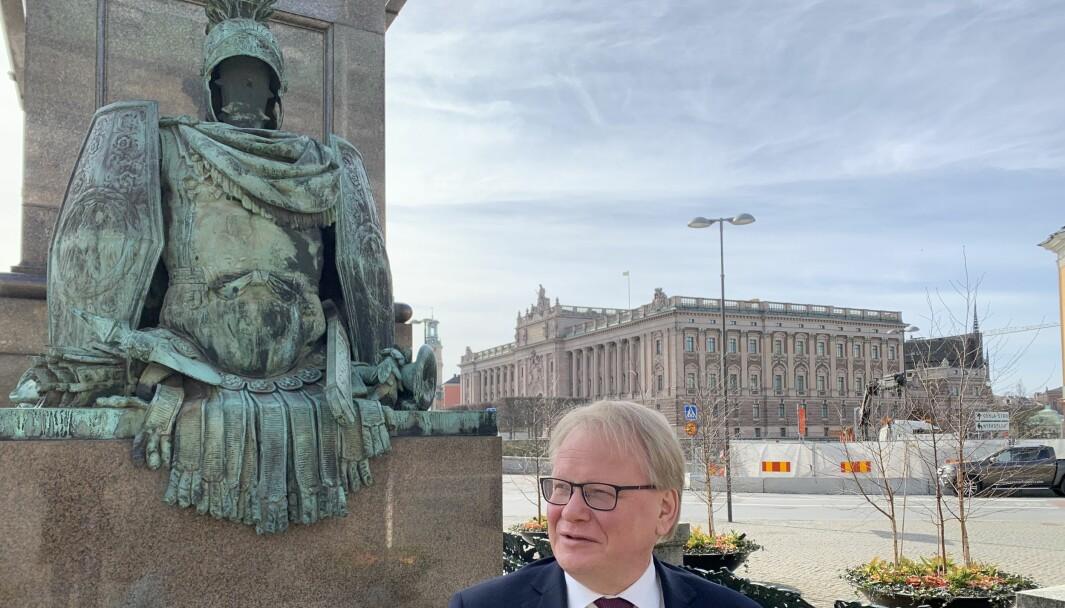 Socialdemokraternas forsvarsminister Peter Hultqvist står ganske alene etter bruddet om det svenske forsvarets langtidsplan.