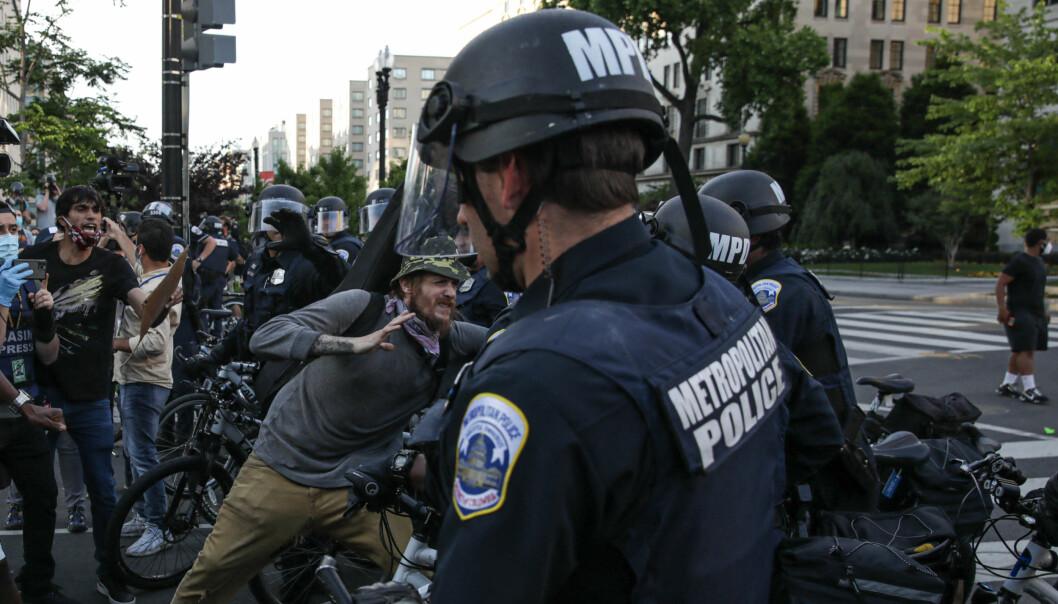 Sikkerhetsstyrker blokkerer en vei i Washington.
