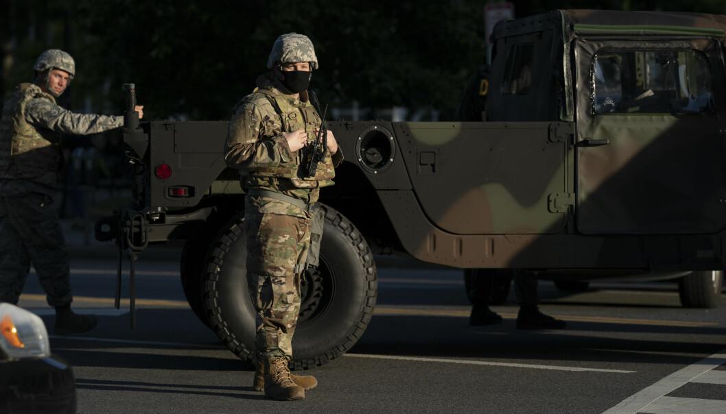 Amerikanske soldater blokkerer en vei under George Floyd-protester mandag 1. juni i Washington D.C.
