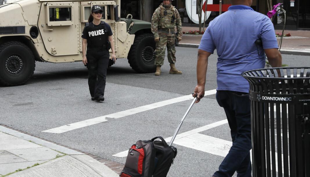 Et veikryss er stengt av den amerikanske nasjonalgarden og det amerikanske narkotikapolitiet DEA tirsdag 2. juni. I flere dager har folk tatt til gatene for demonstrere etter at George Floyd (46) døde etter å ha blitt lagt i bakken av en politimann. Floyd døde etter å ha blitt pågrepet av politiet i Minneapolis i Minnesota. En film av hendelsen viser at en politibetjent holder Floyd nede med kneet presset mot nakken hans..
