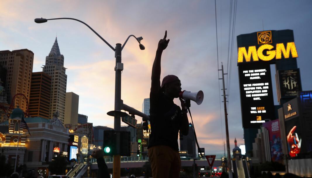 Demonstranter i Las Vegas 31. mai. I flere dager har folk tatt til gatene for demonstrere etter at George Floyd (46) døde etter å ha blitt lagt i bakken av en politimann. Floyd døde etter å ha blitt pågrepet av politiet i Minneapolis i Minnesota. En film av hendelsen viser at en politibetjent holder Floyd nede med kneet presset mot nakken hans.
