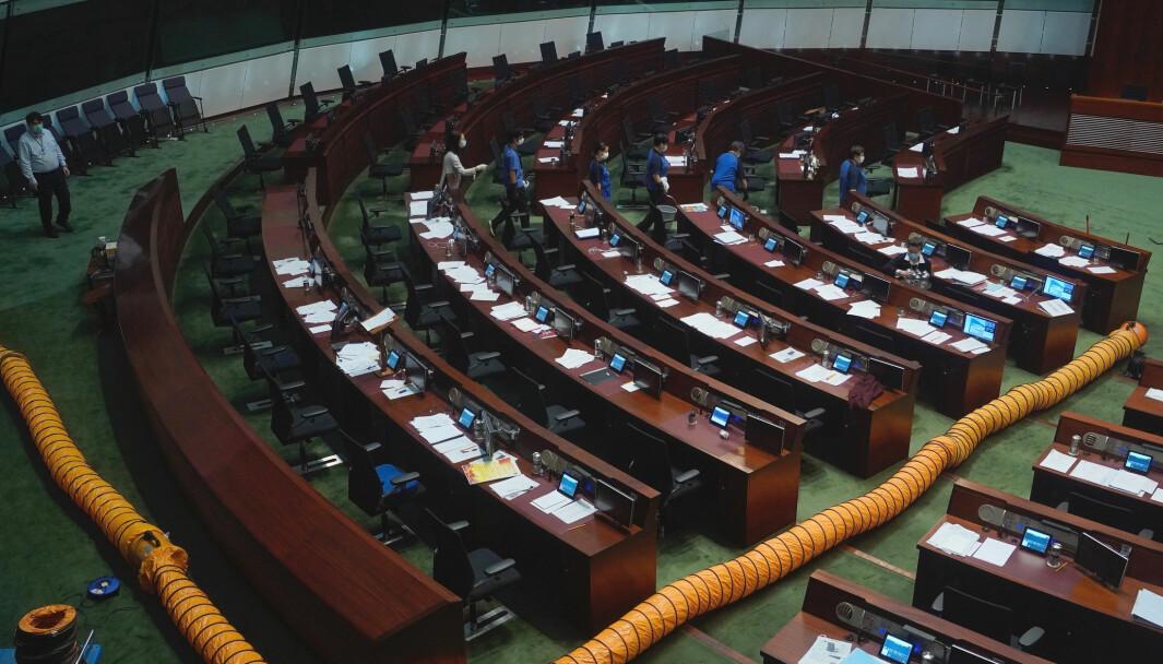 Hongkongs folkevalgte stemmer over det omstridte lovforslaget. Et ventilasjonsrør er lagt gjennom salen etter at en pro-demokratisk representant slapp en kjele med illeluktende væske blant representantene.
