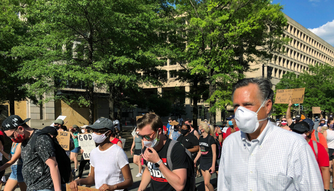 Den republikanske senatoren Mitt Romney gikk Pennsylvania Avenue i Washington D.C. med andre demonstranter fra en kristen gruppering søndag ettermiddag, til støtte for Black Lives Matter-bevegelsen.