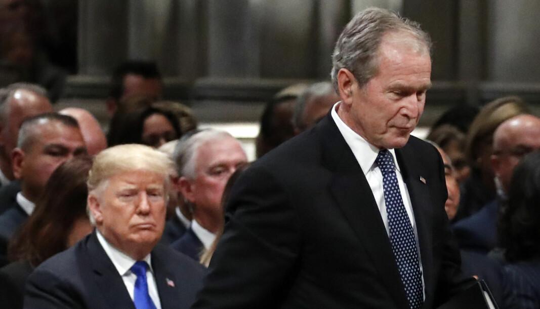 Her er den tidligere republikanske presidenten George W. Bush idet han passerer sittende republikanske president Donald Trump i begravelsen til Bush's far den 5 desember 2018.