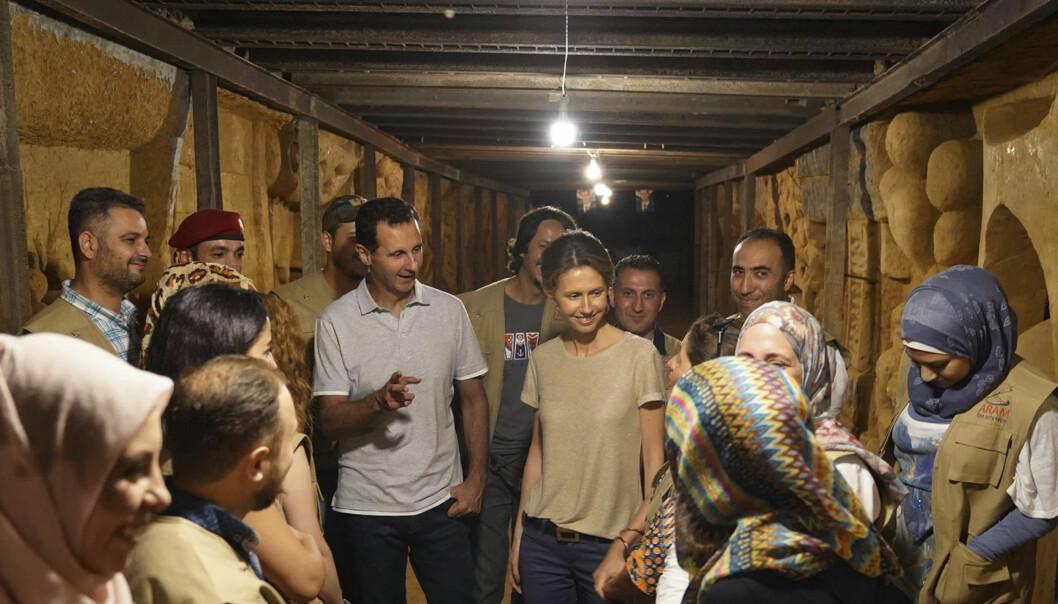 Syrias president Bashar al-Assad og kona Asma besøker en av tunellene under byen Jobar i august 2018. Tunellene ble gravd av opprørere da byen var under beileiring.
