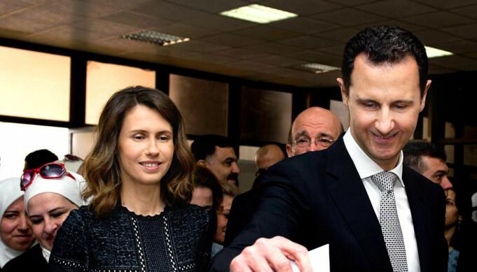 I dette bildet fra 2016 står Asma Assad, ved siden av ektemannen Bashar, idet han stemmer i parlamentsvalget i Damaskus.