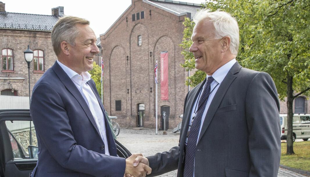 Forsvarsminister Frank Bakke-Jensen og administrerende direktør i Forsvarets logistikkorganisasjon (FLO) Petter Jansen.