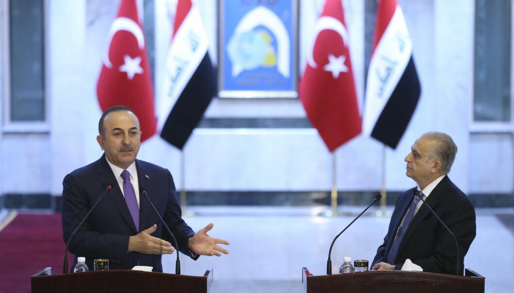 Tyrkias utenriksminister Mevlut Cavusoglu (venstre) snakker til mediene etter en felles pressekonferanse med Iraks utenriksminitser (høyre) i januar 2020.