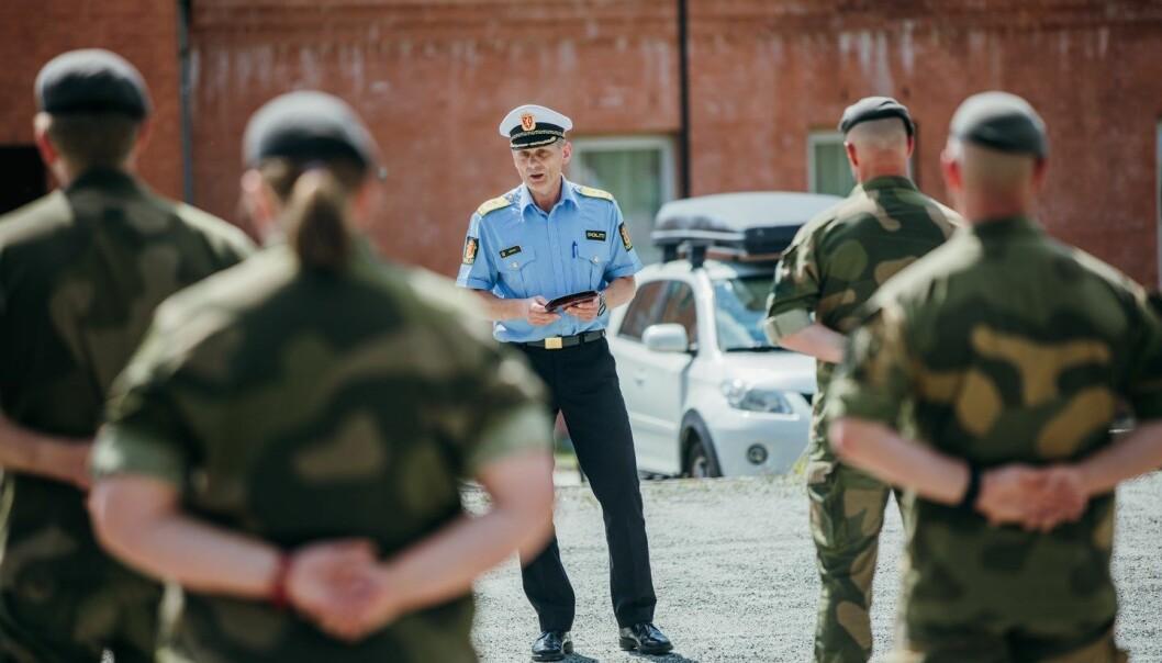 Politimester Johan Brekke i Innlandet politidistrikt taler til soldater fra HV-05