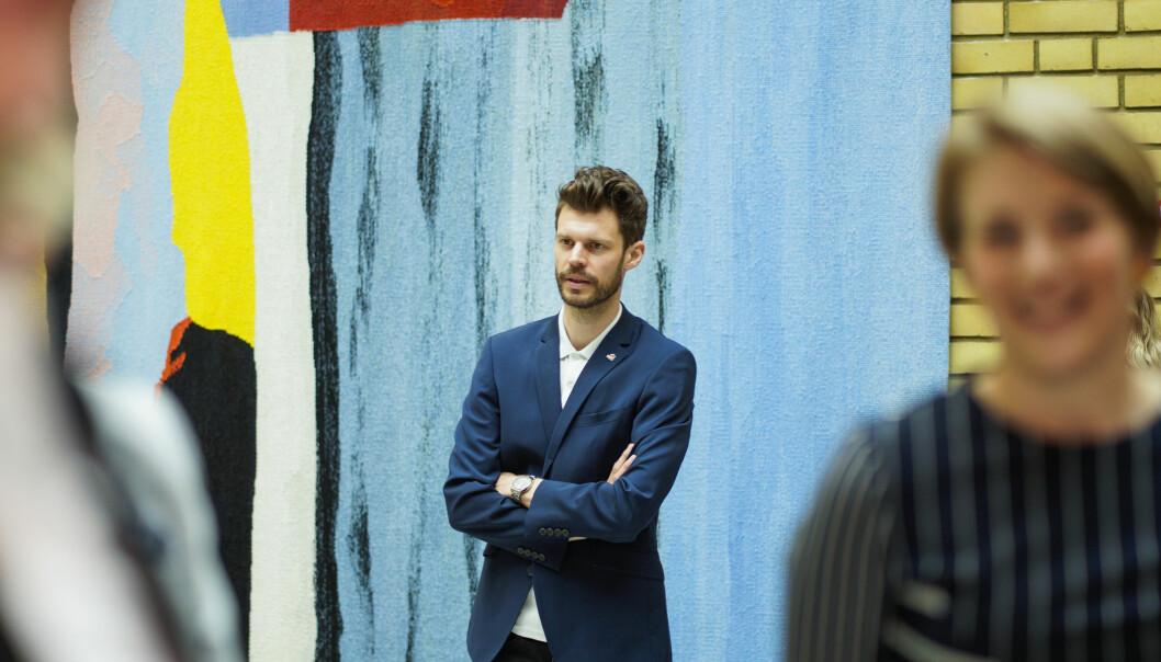 Bjørnar Moxnes (Rødt) avbildet i vandrehallen på Stortinget i mai.