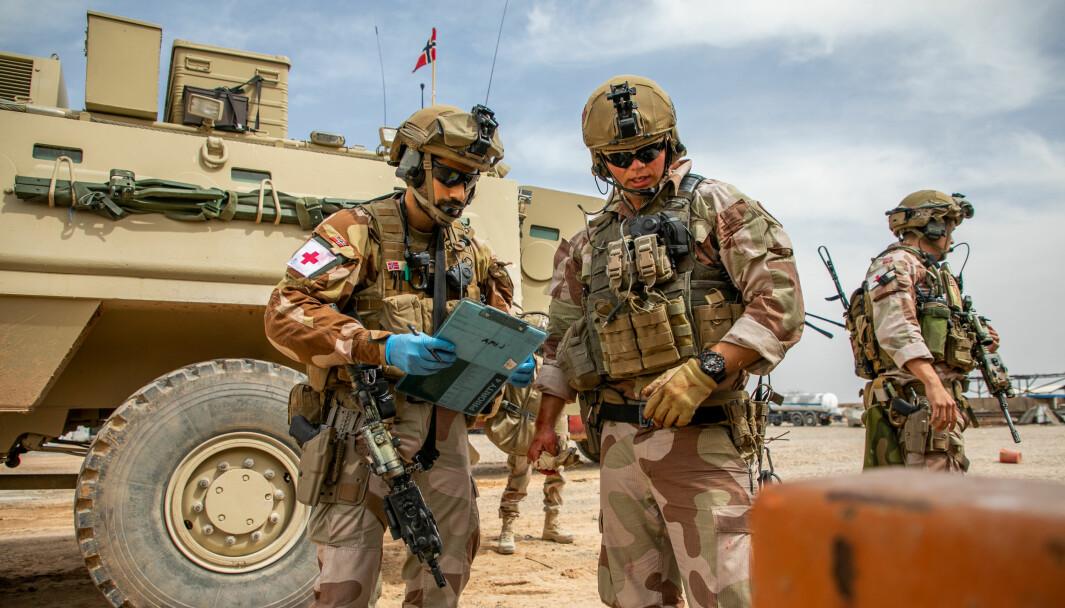Regjeringen forslår å fjerne plikten til å fratre ved særaldersgrense. Flere uttrykker bekymring for at det vil påvirke slagkraften til Forsvaret. Her ser vi norske soldater i Irak.
