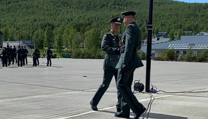Eirik Kristoffersen og Lars Lervik gir et håndtrykk og et klapp på skulderen i det den ene er trådt av og den andre i ferd med å tre på.