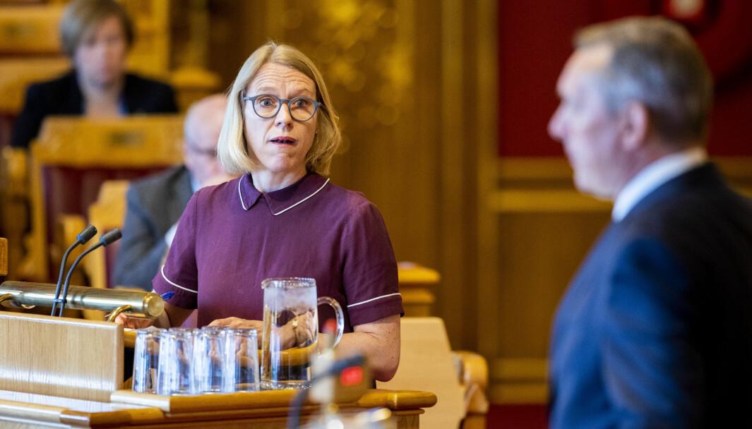 Anniken Huitfeldt (Ap) og forsvarsminister Frank Bakke-Jensen under en spørretime på Stortinget.