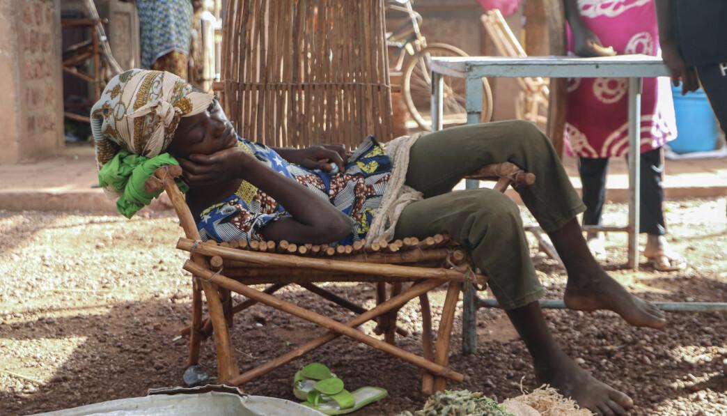 Et barn sover i en stol på markedsplassen i Tougan i Burkina Faso onsdag 13. mai. Spredningen av ekstremisme har ført til at mange er fordrevet internt og flere tusen mennesker er uten mat.