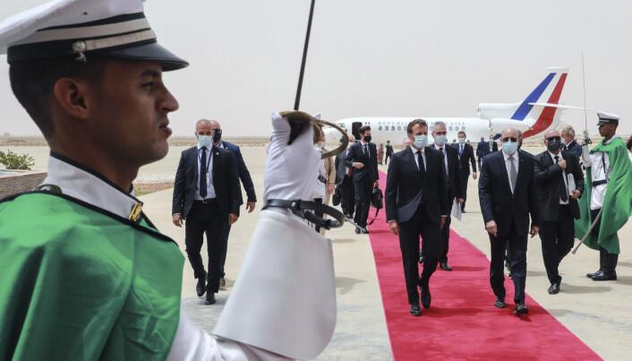 Den franske presidenten Emmanuel Macron (i midten) blir ønsket velkommen av Mauritanias president Mohamed Ould Ghazouani, (til høyre for Macron). Macron er i Mauritania for å delta i et G5 Sahel-toppmøte.