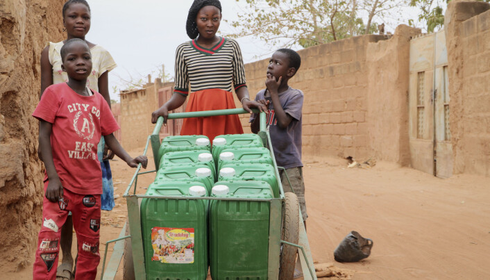 En kvinne i utkanten av Ouagadougou, Burkina Faso henter vann. Det er ikke uvanlig å måtte gå i over en halvtime for å hente vann. Dette må de gjøre flere ganger daglig.