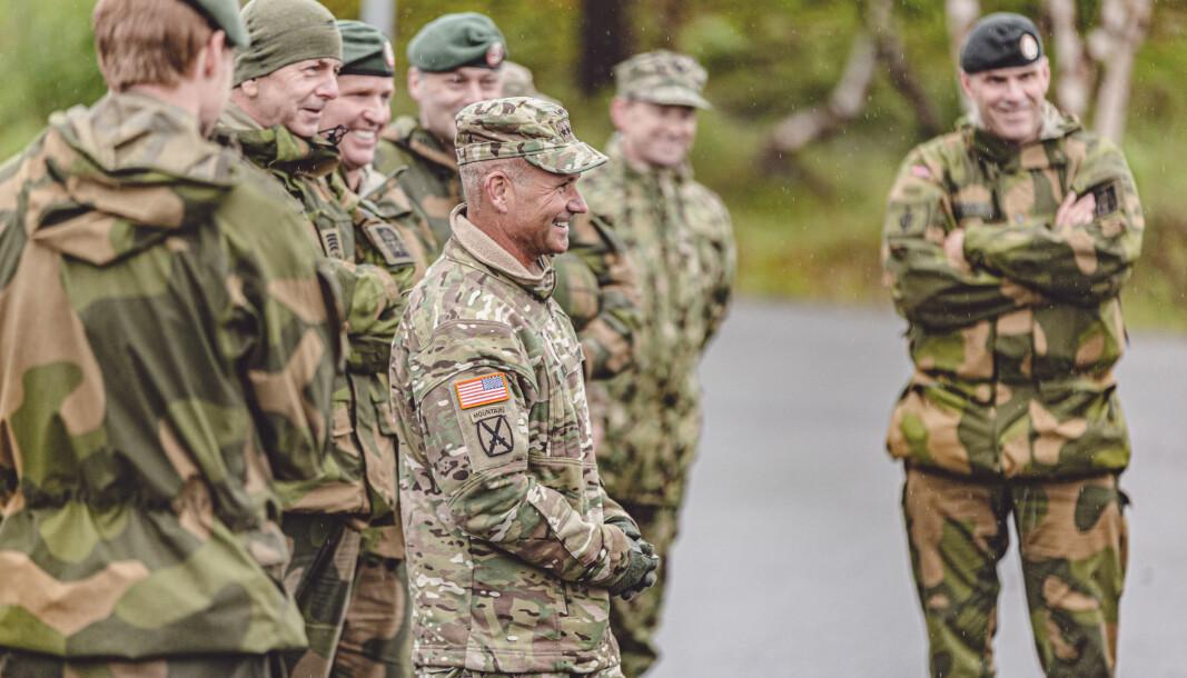 Generalløytnant Christopher Cavoli, som kommanderer United States Army Europe, under et besøk til Porsangmoen leir sammen med hærsjef Lars Lervik (til høyre) torsdag.